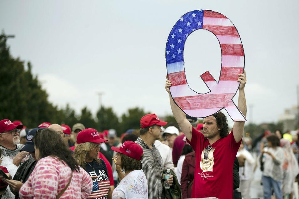 QAnon-Anhänger bei einer Wahlkampfveranstaltung der Republikaner in Wilkes-Barre (USA), bei der auch US-Präsident Trump sprach.