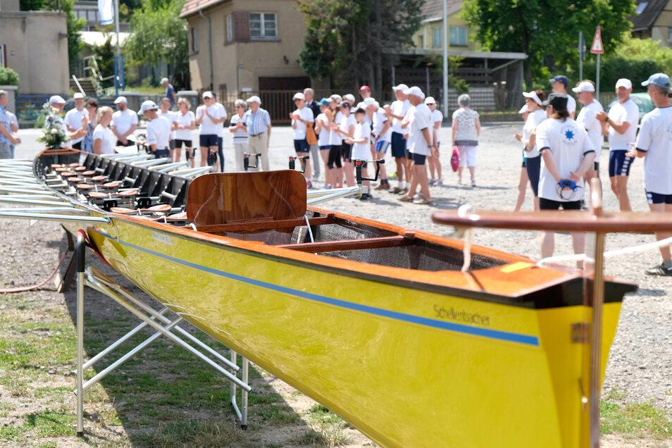 Gespannt warten die Mitglieder des Meißner Ruderclubs auf die erste Fahrt ihres neuen Achters, der in Österreich gebaut wurde.