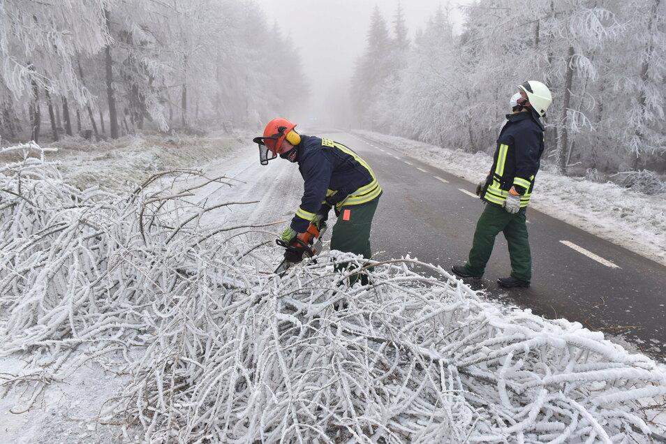 Die Altenberger Feuerwehr rückte zur Verbindungsstraße zwischen Altenberg und Rehefeld aus. Dort waren Bäume unter der Raureif-Last zusammengebrochen.