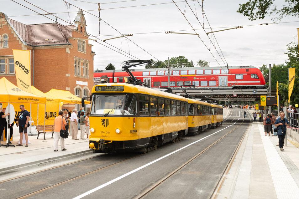 Alte und neue Straßenbahnen trafen sich zur Eröffnungsfeier der Oskarstraße am Haltepunkt Strehlen. Ab sofort rollt dort der Linienverkehr.