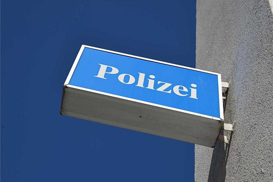 Einen ungewöhnlichen Einsatz gab es jetzt für Polizisten in Radeberg. Sie halfen einer Frau, der ein Missgeschick passiert war.
