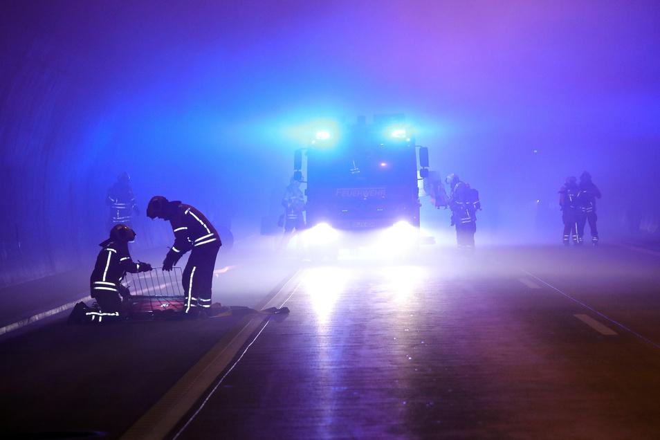 Nachts übt auch die Feuerwehr in den A17-Tunneln. Jetzt sind Wartungsarbeiten geplant.