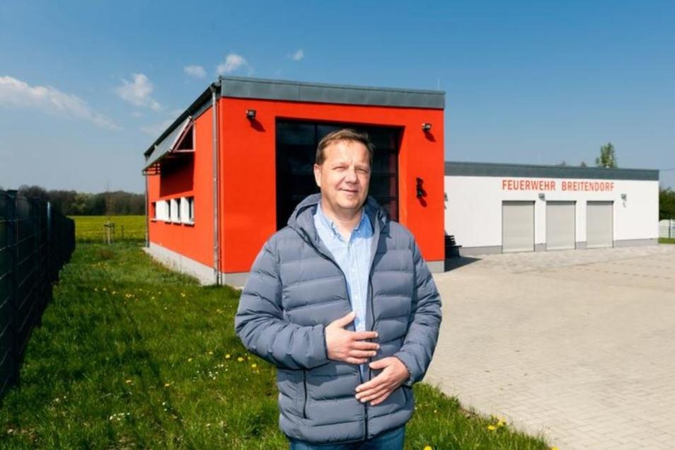 PLUSPUNKT: Das Feuerwehrhaus in Breitendorf entstand nach langer Diskussion als Neubau anstelle der alten Schule. Darüber freut sich Bürgermeister Norbert Wolf.