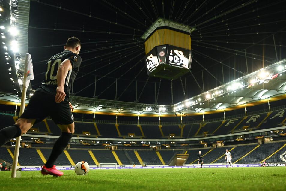 Noch am Donnerstag spielte Eintracht Frankfurt in der leeren Commerzbankarena sein Europa-League-Match gegen Basel. Wann überhaupt wieder Fußball gespielt werden kann, ist derzeit unklar.