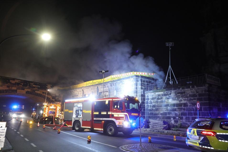 Einsatzkräfte der Feuerwehr an der Brücke.