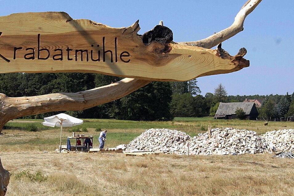 """Teil der Geschichte der Oberlausitz: 2006 wurden von Wandergesellen aus ganz Deutschland die Grundmauern für die """"Krabatmühle Schwarzkollm"""" gesetzt. Diese wurde zu einem Anziehungspunkt."""
