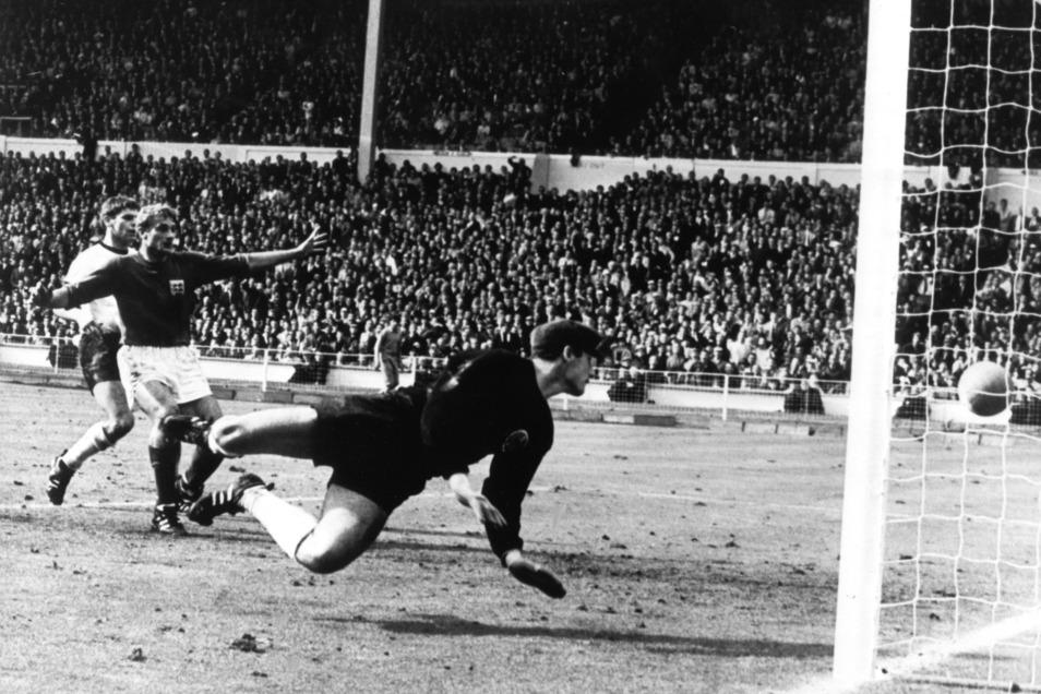 Tor oder nicht Tor im Finale Deutschland gegen England bei der Fußball-WM 1966 am 30. Juli im Londoner Wembley-Stadion. Der vom englischen Stürmer Geoff Hurst (nicht im Bild) geschossene Ball knallt von der Latte auf den Boden. Der deutsche Torhüter Hans