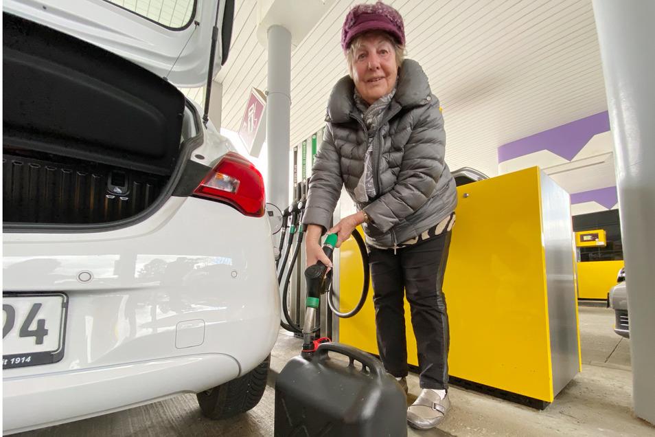 Schnell noch mal den Kanister füllen: Auch Brigitte Domschke aus Leutersdorf hat sich am Freitagnachmittag in die Schlange an der Varnsdorfer Tankstelle eingereiht.