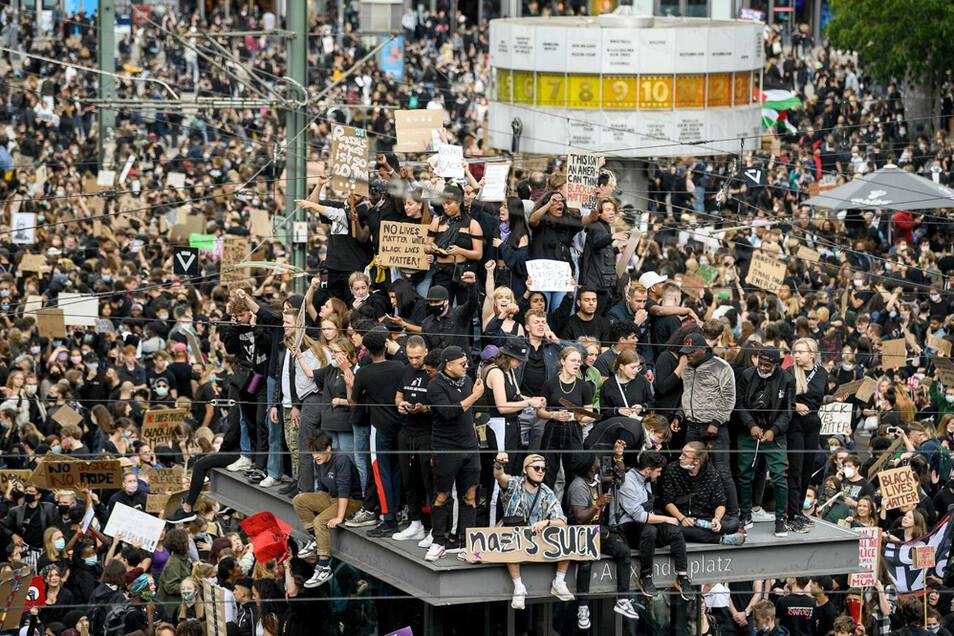 Über 15.000 Menschen demonstrierten trotz der Corona-Auflagen auf dem Alexanderplatz.