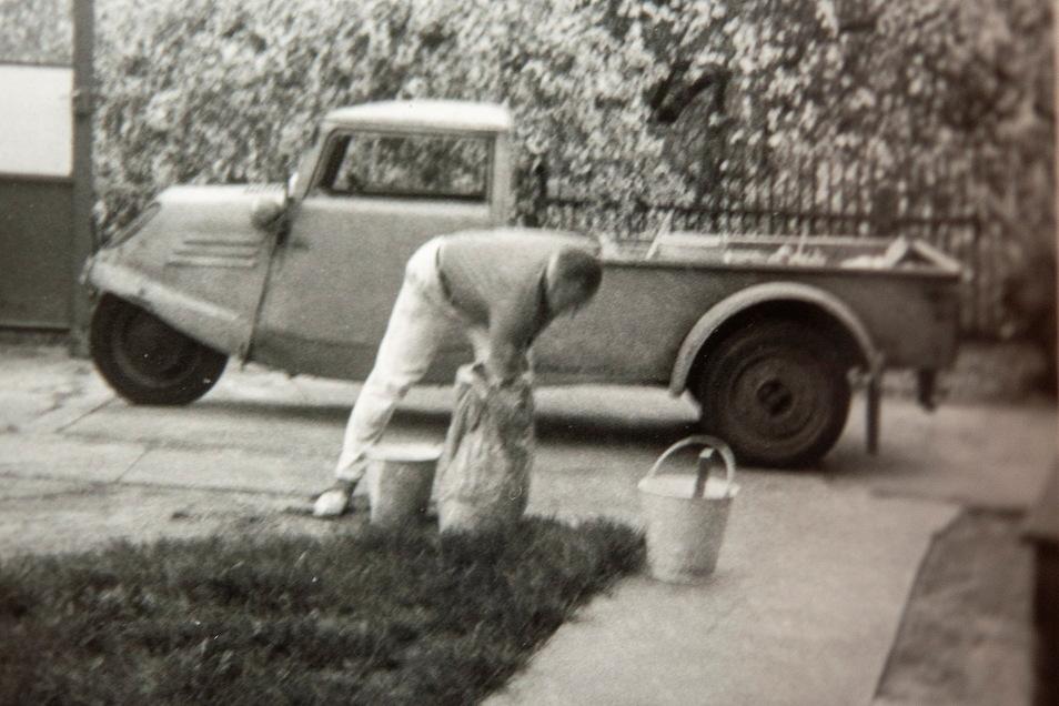 Ein Dreirad als Dienstfahrzeug - ein junger Harald Hönisch als Geselle in den 1970er-Jahren vor dem sogenannten Malerwagen.