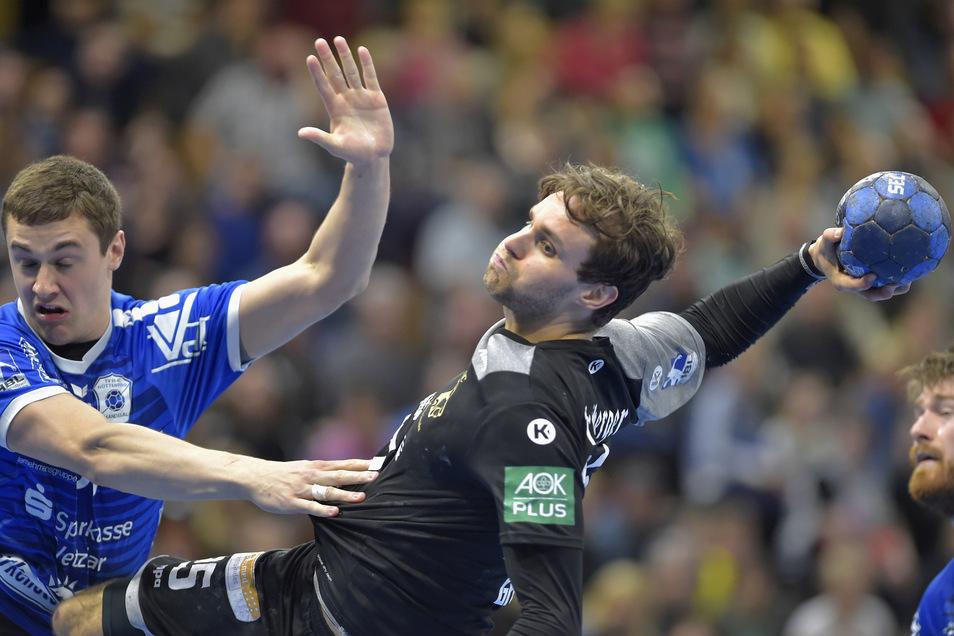 Dresdens Sebastian Gress (r.) setzt sich in diesem harten Zweikampf durch - für den HC Elbflorenz reicht es am Ende zum Unentschieden.