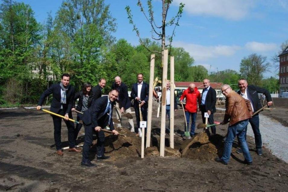 Gemeinsam wurde einer der Bäume symbolisch eingepflanzt.