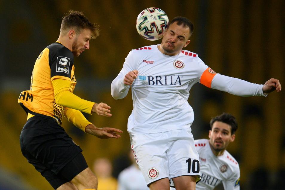 Das Spiel wird umkämpfter, hier Pascal Sohm mit Wiesbadens Kapitän Sebastian Mrowca im Kopfballduell.