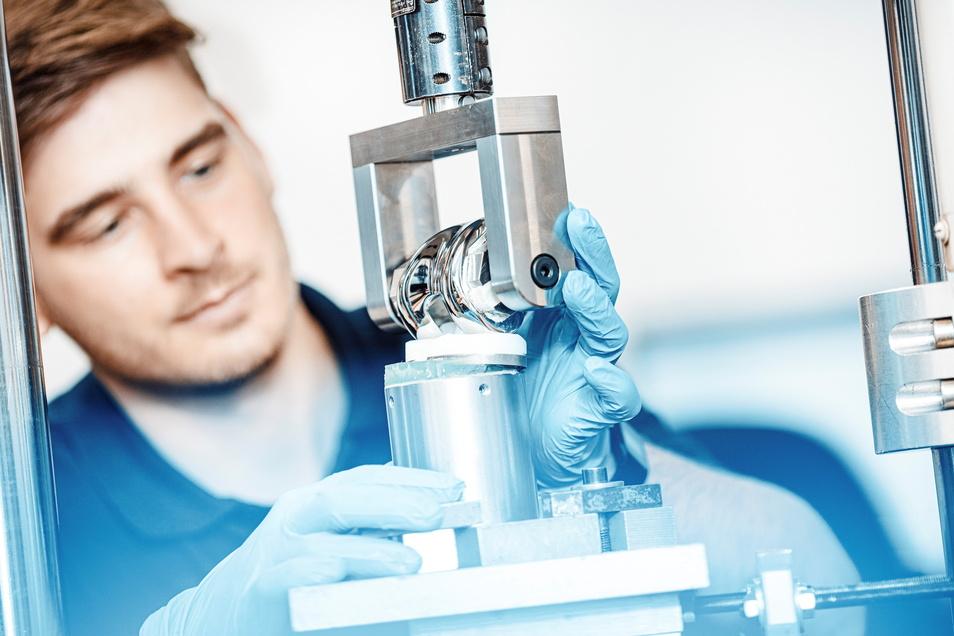 Auch kleine Teile müssen großen Kräften standhalten: Gelenk-Implantate werden bei IMA einem Lebensdauertest unterzogen. Halten sie fünf Millionen Bewegungen aus?