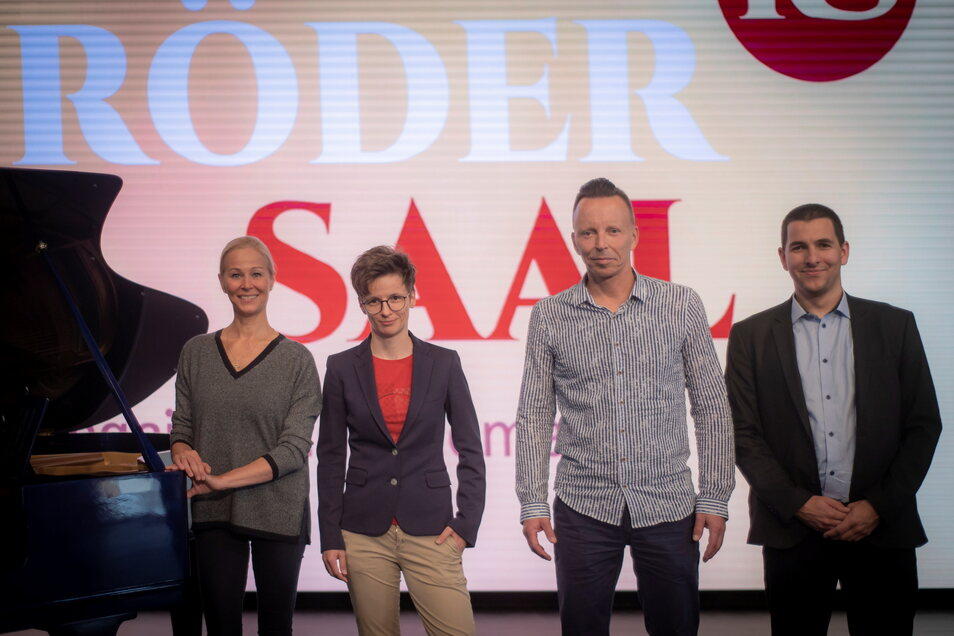 Beate Dangrieß (l.) ist Chefin des Rödersaal-Teams, zum dem unter anderem Produktionsleiter Steffen Rieger (2.v.r.) und die Technikfachleute Marleen Schicht und Ben Enders gehören.