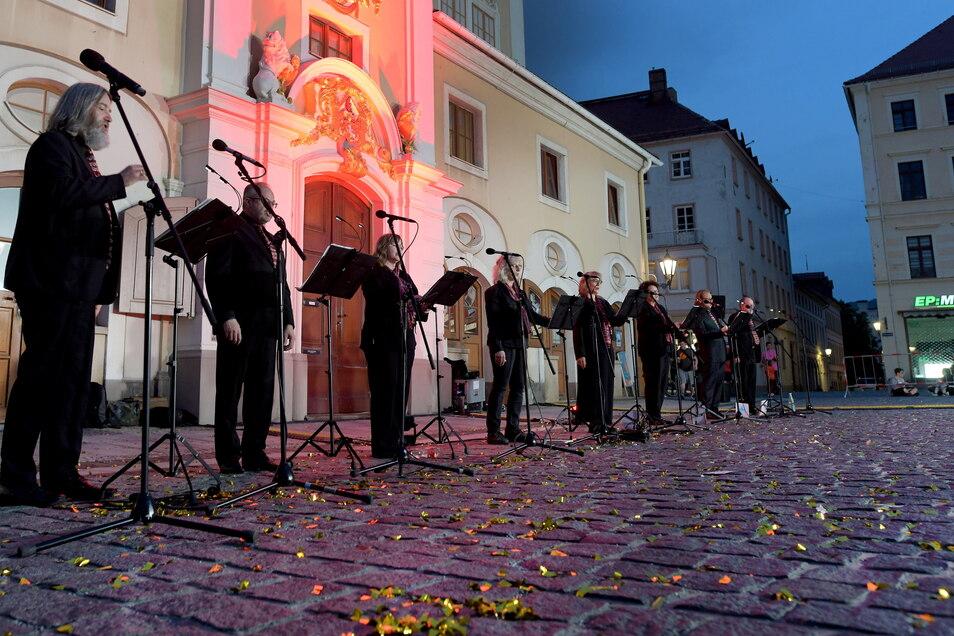 Vor dem angestrahlten Rathaus gab das Ensemble Collegium Canorum Lobaviense eine Serenade. Zuvor spielte der Posaunenchor der Kirchgemeinde auf dem Balkon des Rathauses.