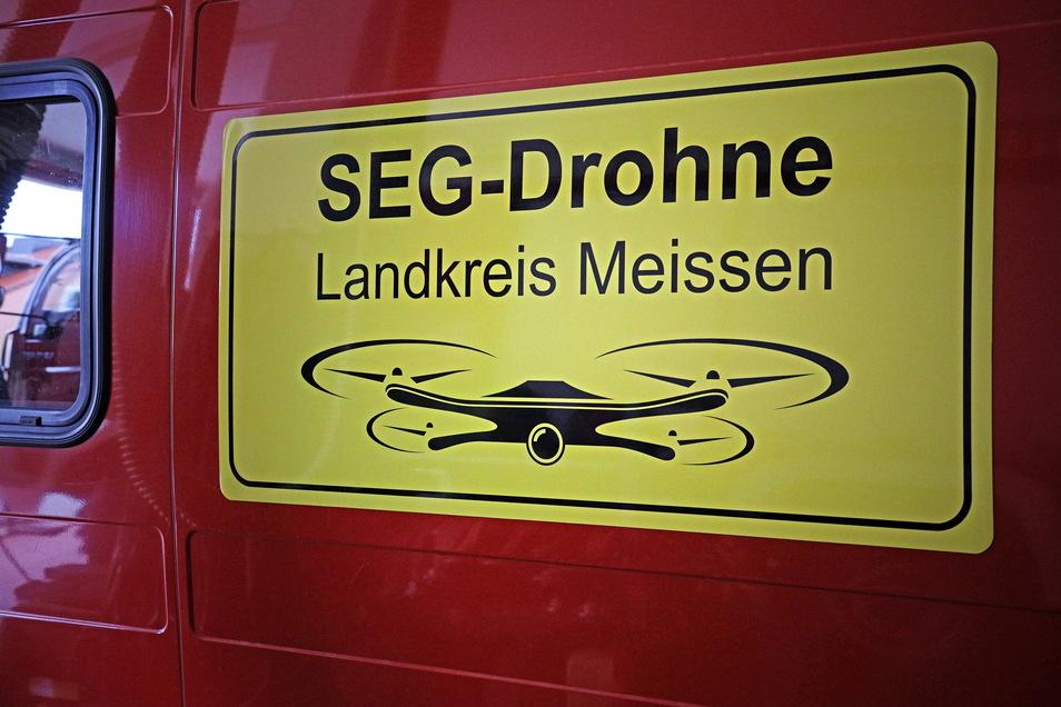 Nicht zu übersehen: Ein neues Schild weist auf das Drohnen-Team hin. Es rückt mit dem sogenannten Erkunder der Feuerwehr Glaubitz an, einem Fiat Ducato, der zum Katastrophenschutzzug gehört.