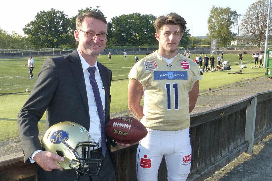 Staatsminister Roland Wöller mit U19-Quarterback Marvin Schöne vorm Monarchs-Trainingsfeld.