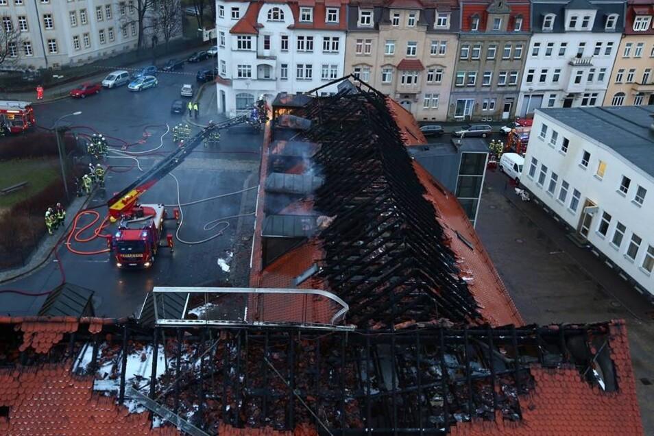 Am Sonntag werden die Schäden nach dem Feuer in  einer geplanten Flüchtlingsunterkunft in Bautzen sichtbar.