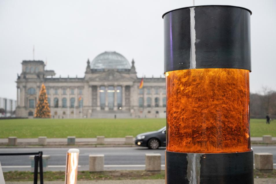 """Die neue Aktion des """"Zentrums für politische Schönheit"""" nahe dem Berliner Reichstagsgebäude mit angeblicher Asche und anderen Überresten ermordeter NS-Opfer stößt auf heftige Kritik."""
