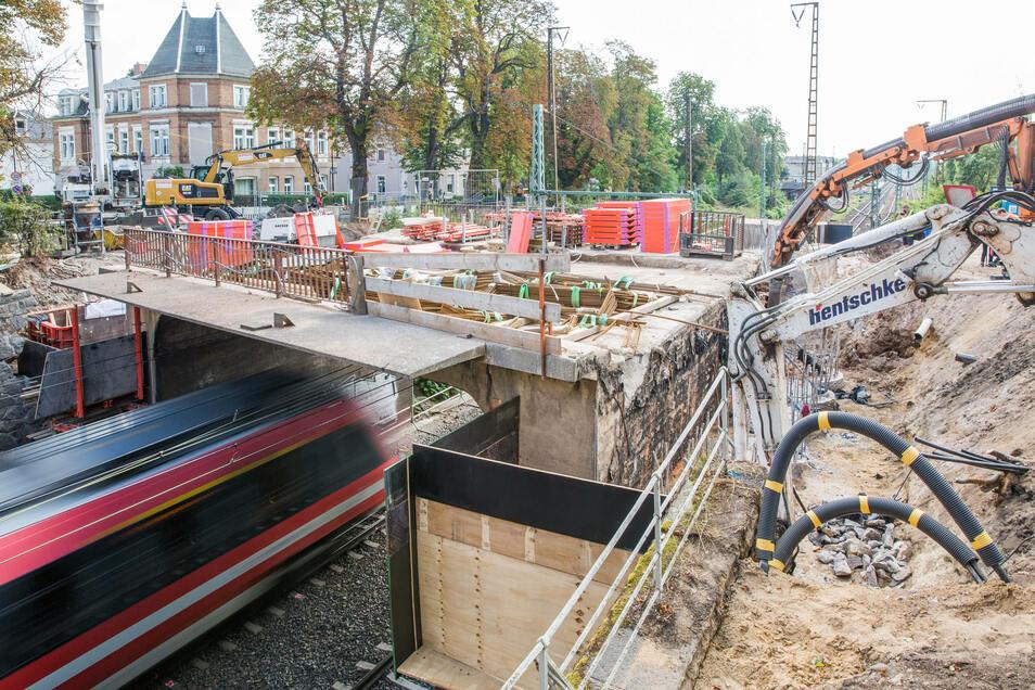 Hier ist Fingerspitzengefühl gefragt: In Cossebaude wird eine neue Brücke über der Zugtrasse errichtet, die alte wird abgerissen.