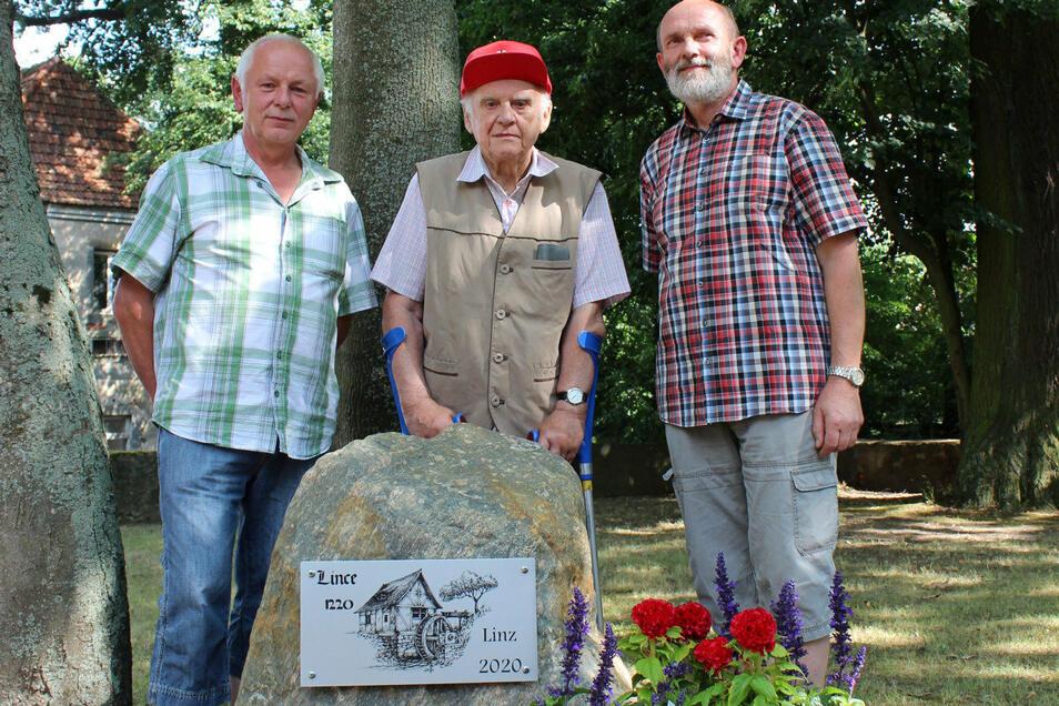 Bernd Kutzner, Werner Hoffmann und Frank Schneider am Gedenkstein auf dem Linzer Schlossplatz.