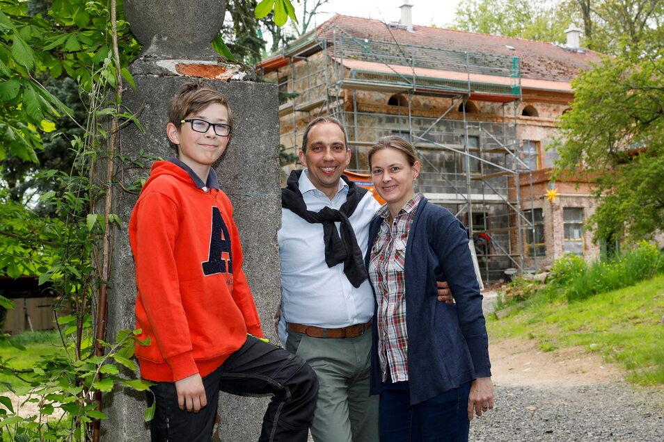 Damian (Mitte) und Juliane Jdanoff mit ihrem Sohn Anton (links) vor dem Gutshaus. Ab 1. September sollen hier auch Mieter einziehen können. Die Familie aus Dresden lebt bereits hier.