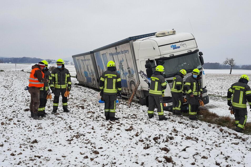 Der Laster rutschte am Mittwochabend auf einem Feldweg in Neuhof in den Seitengraben. Erst am Donnerstag wurde die Feuerwehr gerufen.