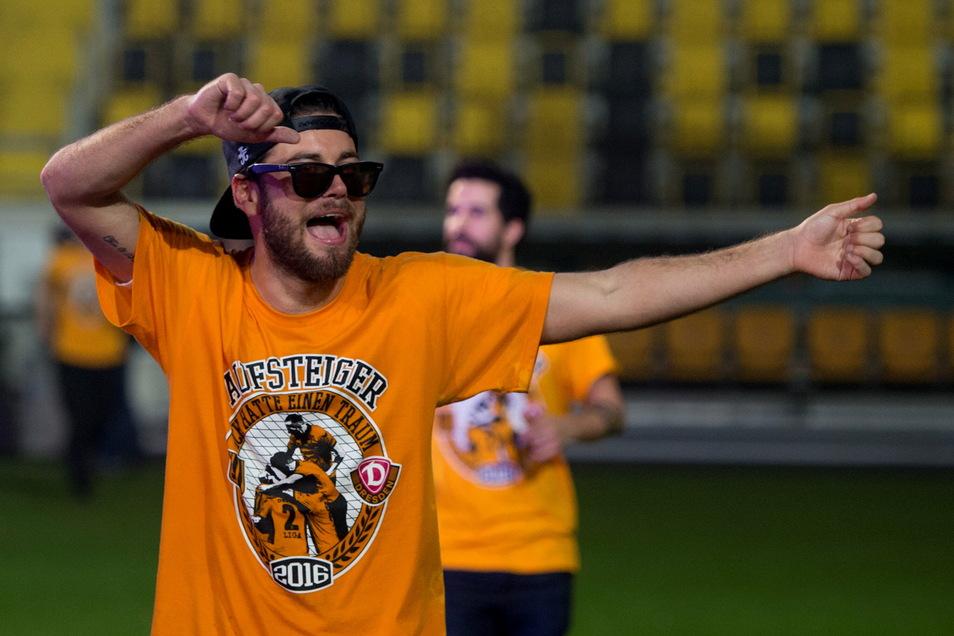 Am 16. April 2016 macht Dynamo mit einem 2:2 beim 1. FC Magdeburg den Aufstieg in die zweite Liga perfekt. Niklas Kreuzer gehört zu den Leistungstrainern im Team von Trainer Uwe Neuhaus.