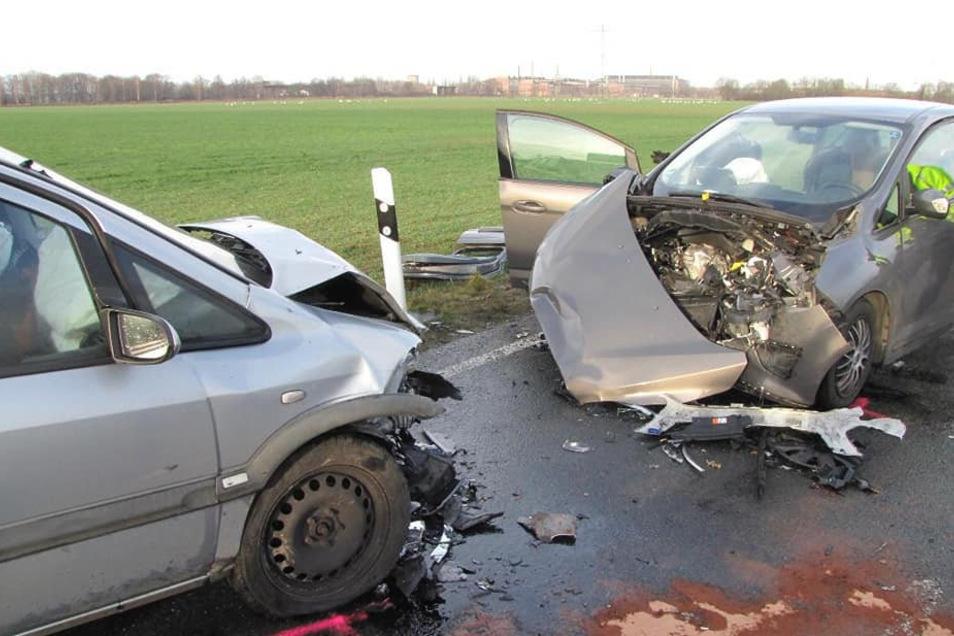 An den beiden Fahrzeugen entsteht bei dem Unfall Totalschaden. Die Feuerwehr muss das Rentnerpaar aus dem Wagen befreien.