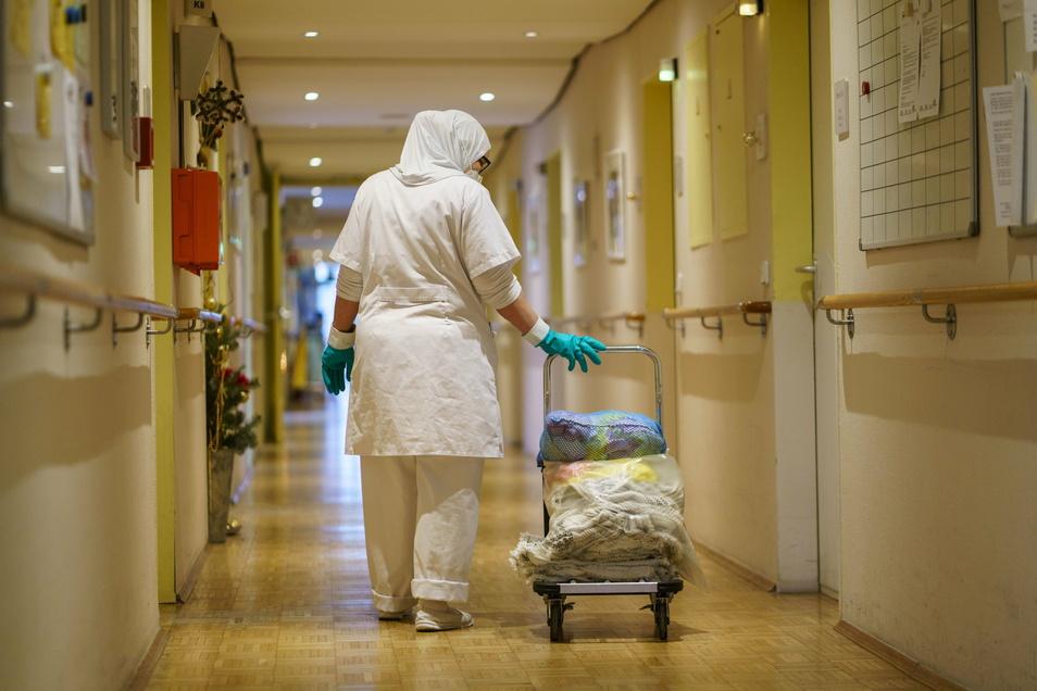 Reinigungskräfte, Handwerker und andere externe Dienstleister sind nicht immer bereit, sich den vorgeschriebenen Schnelltests vor dem Betreten der Pflegeheime zu unterziehen.