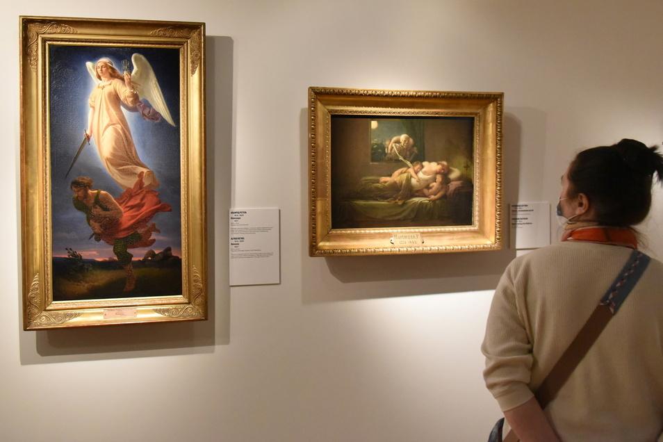 """Eine Ausstellungsbesucherin betrachtet in der Tretjakow-Galerie in Moskau Bilder der Staatlichen Kunstsammlungen Dresden (SKD), die in der Ausstellung """"Träume von Freiheit"""" präsentiert werden."""
