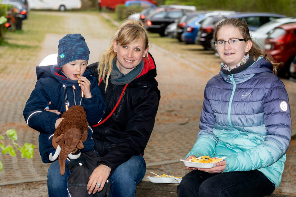 Parkplatz Buchenparkhalle in Hinterhermsdorf , Domenik und Susanne Zinke sind mit Karina Sturm aus der Oberlausitz wandern und nutzen die Imbissmöglichkeit.