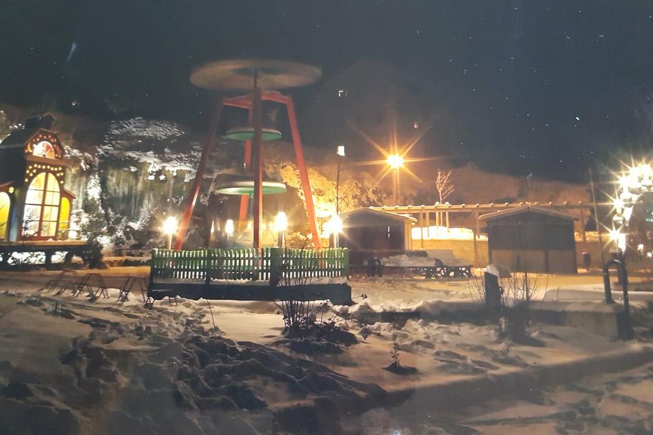 Weiße Weihnacht? So könnte es auch dieses Jahr Reinhardtsdorf aussehen. Die Pyramide wird auch ohne Weihnachtsmarkt aufgebaut.