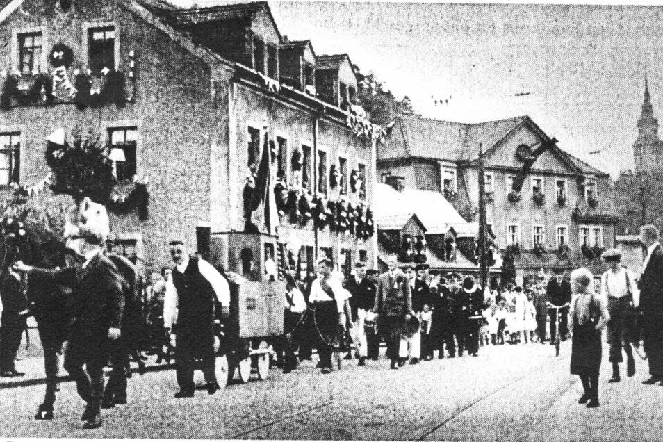 Mit einem großen Festumzug während der Ferien 1926 würdigte die Schule Hainsberg vorzeitig ihr 50-jähriges Bestehen. Unsere Repro zeigt den Aufmarsch im Bereich der Weißeritzbrücke Rabenauer Straße.