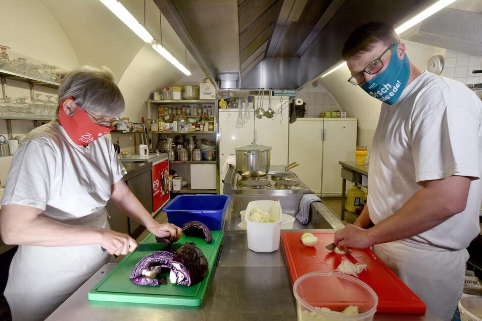 Die Köche vom Hutbergkeller in Herrnhut, Monika Havenstein und Franz Kittan, freuen sich, dass sie nun wieder arbeiten können.