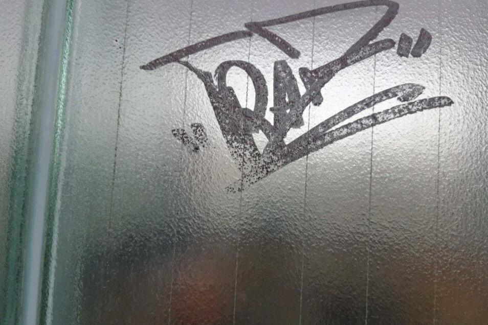 Dieses Schrift-Graffiti blieb als eine der Spuren des erneuten Vandalismus am Löbauer Bahnhof.