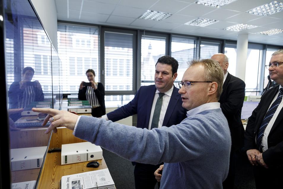 Bundesarbeitsminister Hubertus Heil ließ sich bei seinem SZ-Redaktionsbesuch Montagmittag vom Görlitzer Redaktionsleiter Sebastian Beutler das Online-Konzept der Sächsischen Zeitung erläutern.