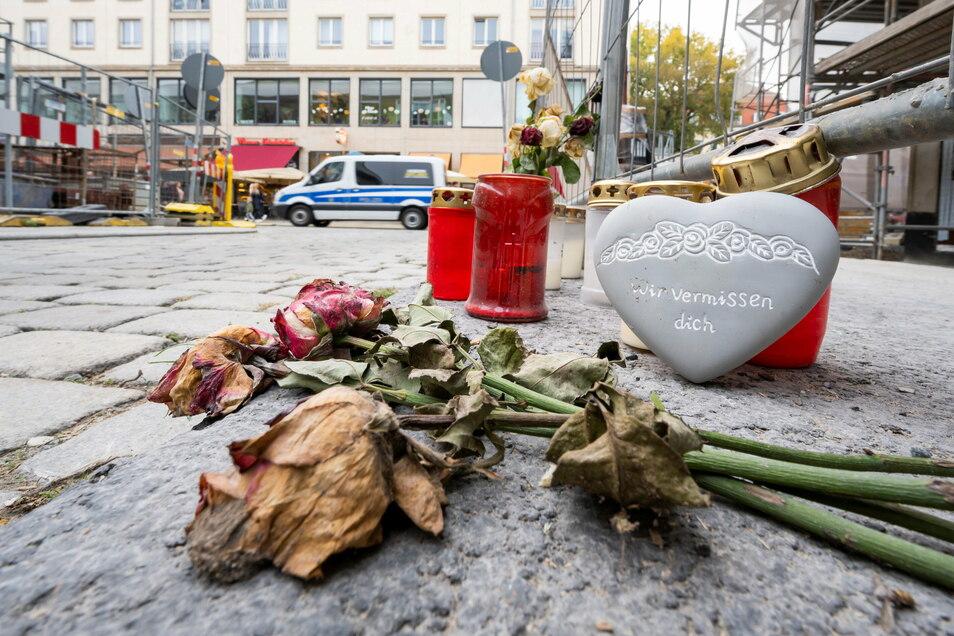 Kerzen und Blumen lagen zum Gedenken an die beiden Opfer des islamistischen Attentats im Oktober vorigen Jahres am Tatort in der Dresdner Altstadt. Foto: Matthias Rietschel