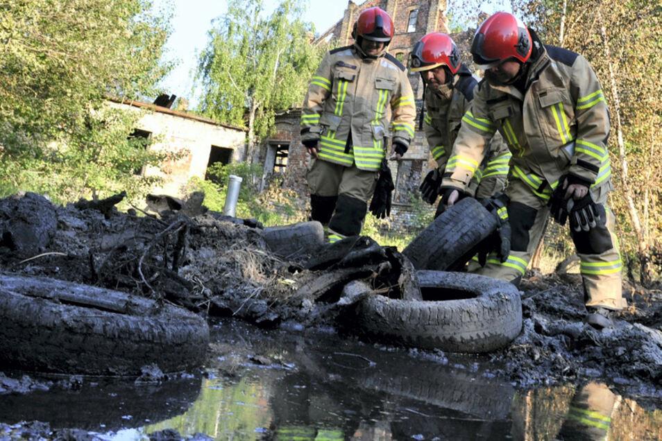 Innerhalb weniger Tagen brannte es zum dritten Mal an der Gelsdorfhütte. 34 Kameraden der Feuerwehren aus Bad Muskau, Weißkeißel und Weißwasser löschten. Einige von ihnen wollten eigentlich an dem Abend das erste Bier auf der Terrasse einer Gaststät