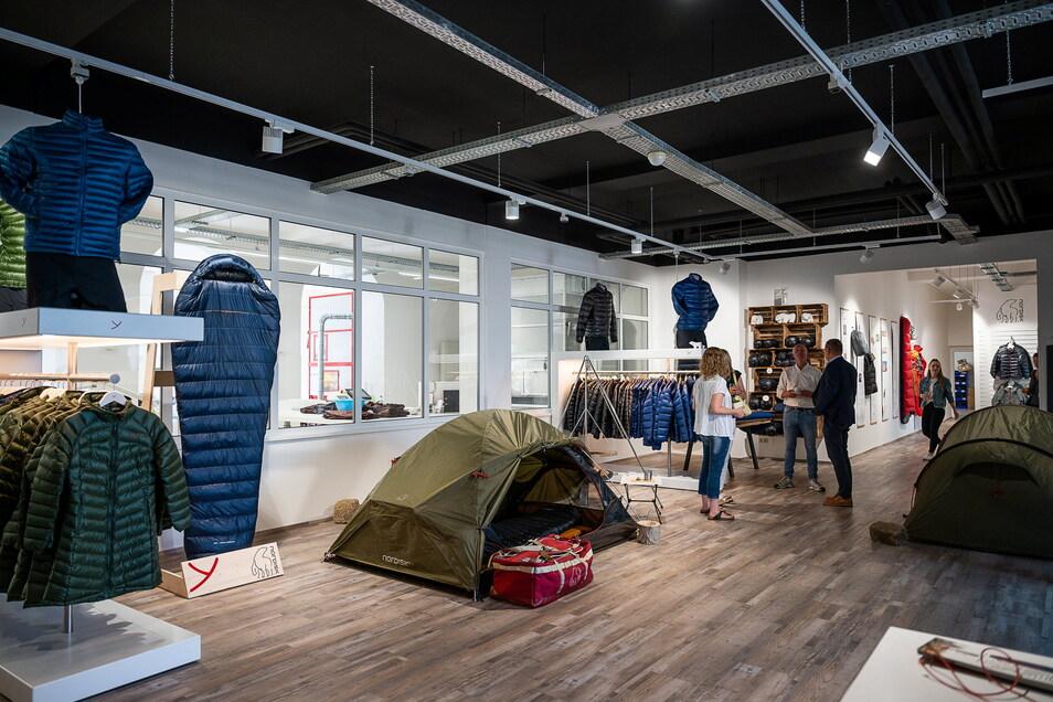 Blick in den Verkaufsraum, wo neben Schlafsäcken auch Bekleidung wie Jacken und Westen sowie Zelte und Taschen aus der Nordisk-Produktion zu sehen sind.