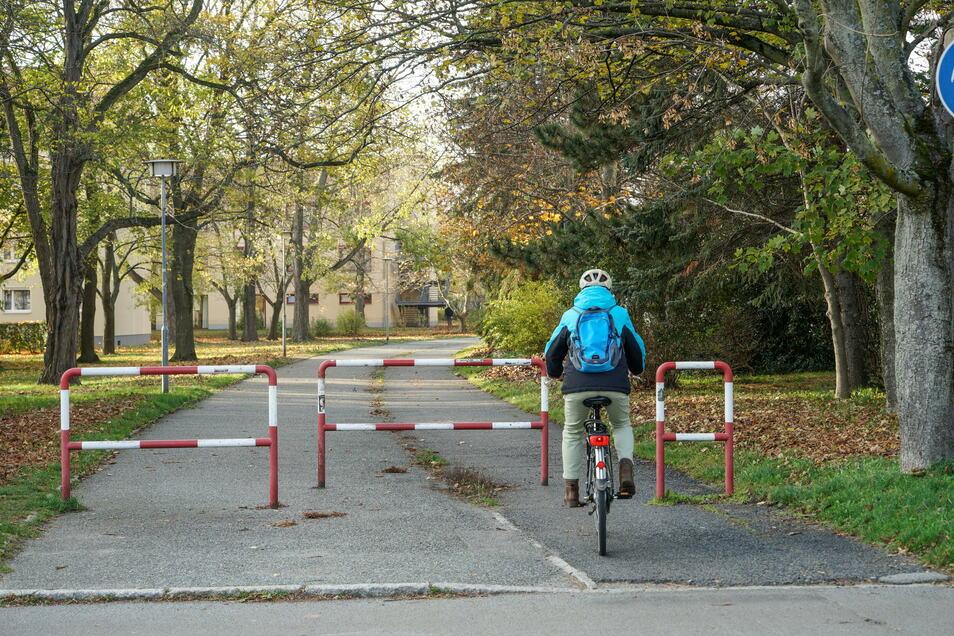 Johannes-R.-Becher-Straße: Umlaufsperren wie diese gibt es in Bautzen einige. Eigentlich sollten sie den Radfahrer zum Absteigen zwingen, doch meist sind diese Hindernisse schiebend schwieriger zu passieren als fahrend, sagt Peter Stürzner.