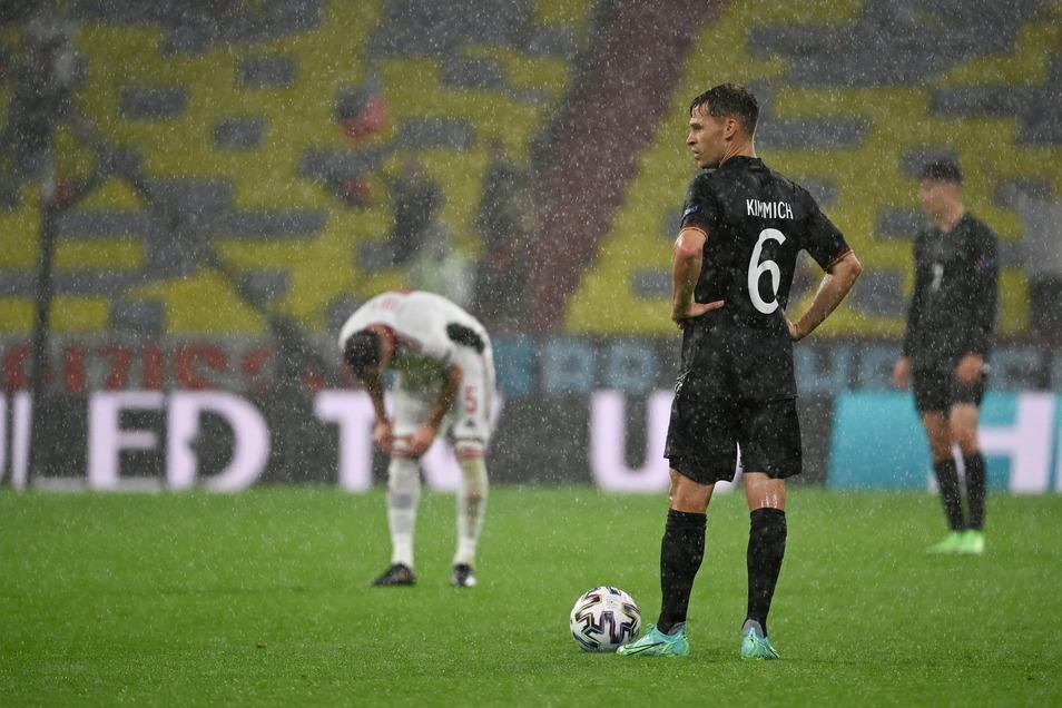 Es regnet und regnet. Die Bedingungen für Joshua Kimmich und Co. waren nicht einfach.