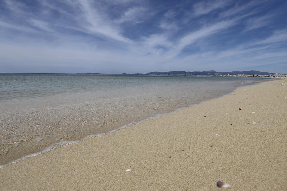 Spanien, Palma: Blick auf den leeren Strand von Arenal. Die Abwesenheit von Touristen ist an den Stränden Mallorcas spürbar.