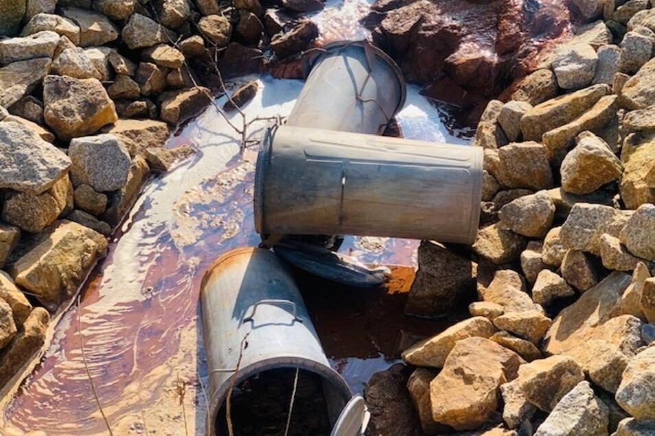 Die Mülltonnen sind in den nahe gelegenen Zufluss geworfen worden.