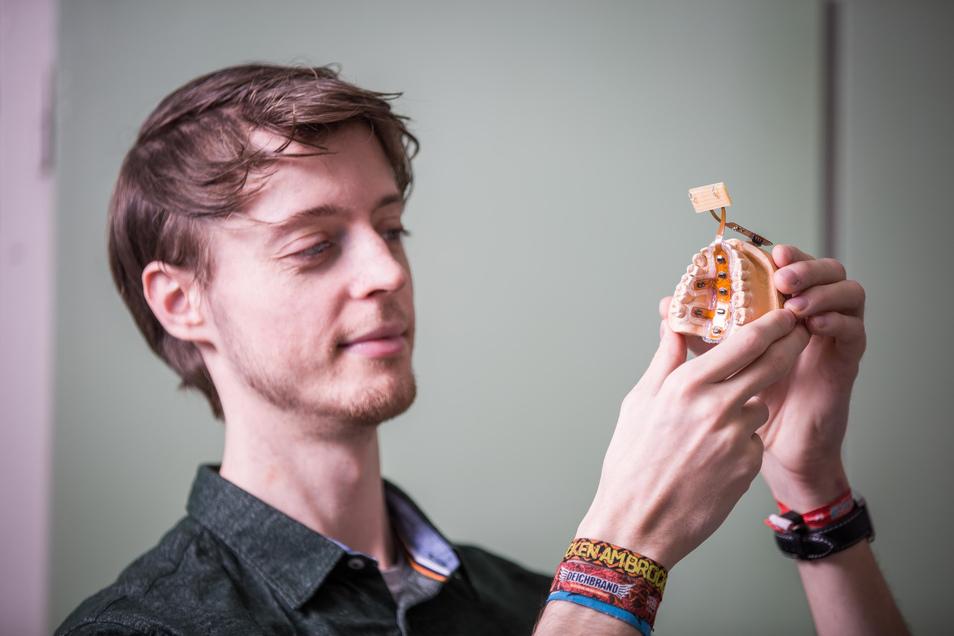 Eine kleine Kunststoffplatte, die Tausenden Patienten helfen könnte. Christoph Wagner entwickelt mit Kollegen am TU-Institut für Akustik und Sprachkommunikation ein Zungen-Trainingsgerät für Schlaganfallpatienten.