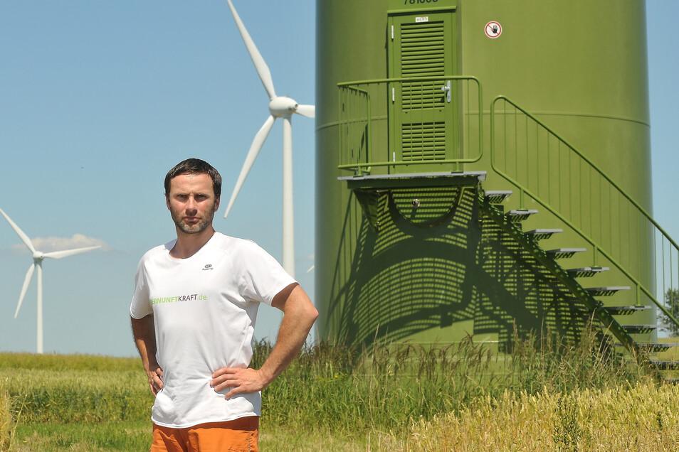 Michael Deckwart aus Leuba im Schatten einer Windkraftanlage: Der Ostritzer FDP-Stadtrat kritisiert zu große Windräder.