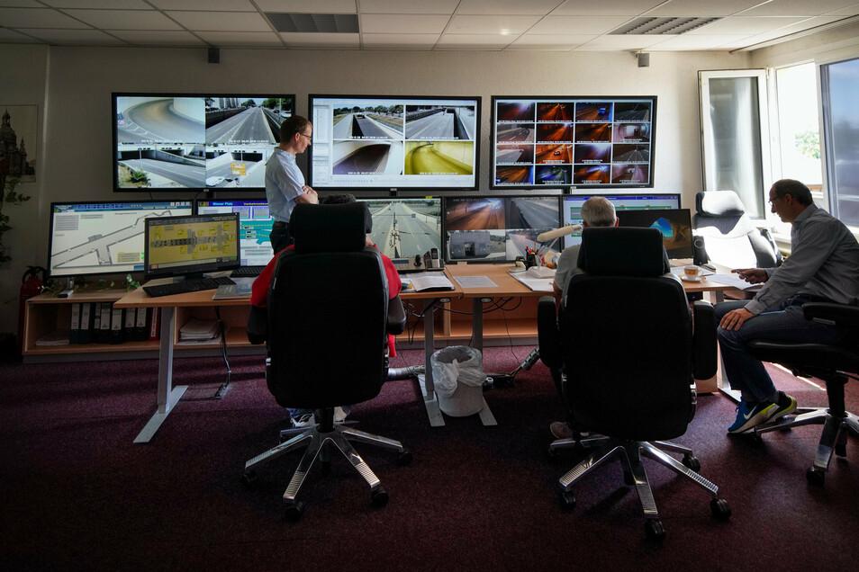 Auf zahlreichen Bildschirmen in der Reicker Betriebszentrale wird der Waldschlößchentunnel rund um die Uhr überwacht.