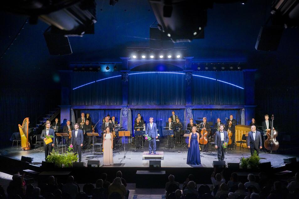 Schlussapplaus für die Sängerinnen und Sänger und die Elbland Philharmonie am Sonntag im Theaterzelt in Rathen.