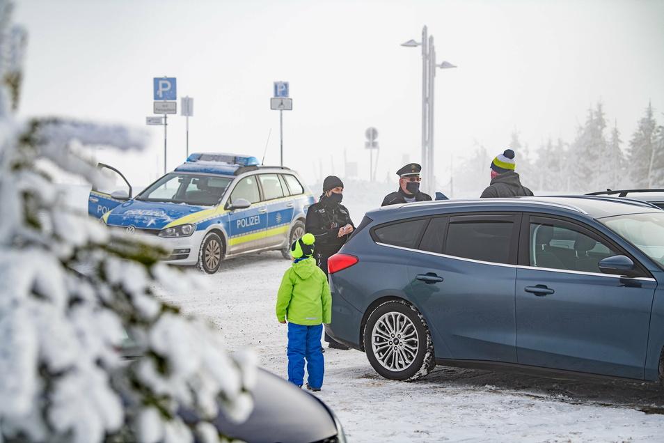 Auch an diesem Wochenende wird die Polizei in Sachsens Skigebieten die Einhaltung der Corona-Regeln kontrollieren.